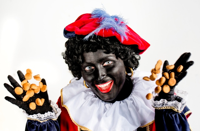 SOEST - Schminken van Zwarte Piet. ANP ROBIN VAN LONKHUIJSEN
